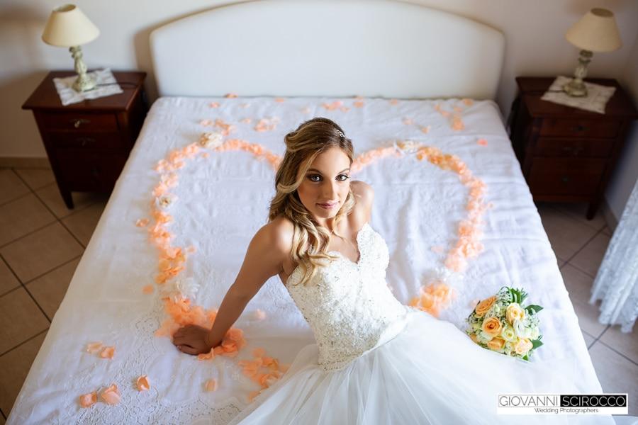 sposa su un letto di petali