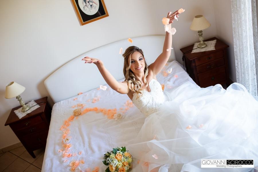 sposa lancia i petali in aria
