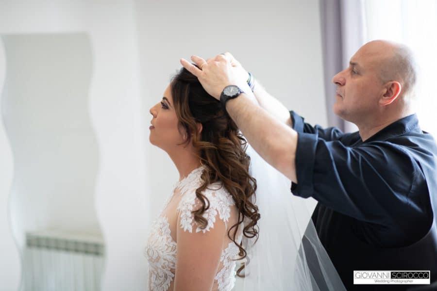 mettere il velo alla sposa