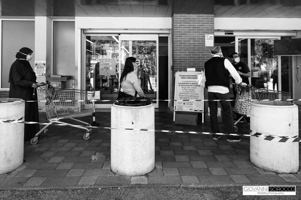 eurospin rispetta le file igienizza mani e carrelli prima di entrare